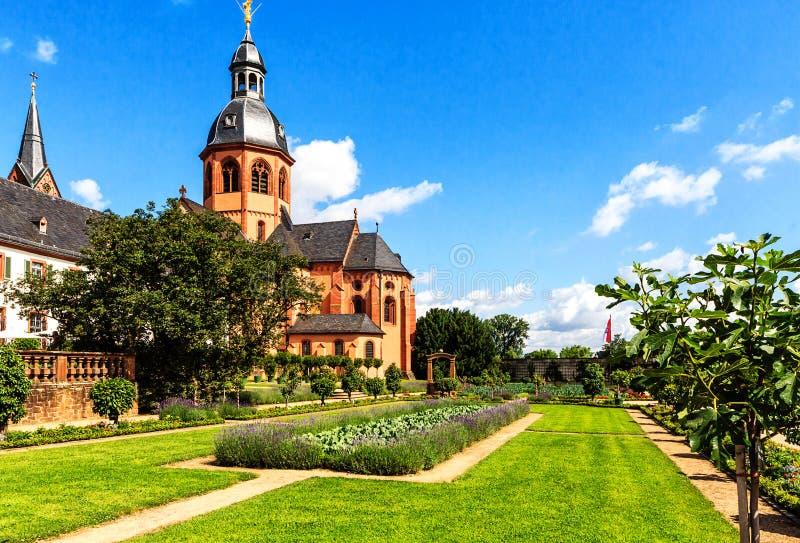 Giardino e basilica del convento in Seligenstadt sulle banche di di fiume Main,  La Germania immagine stock