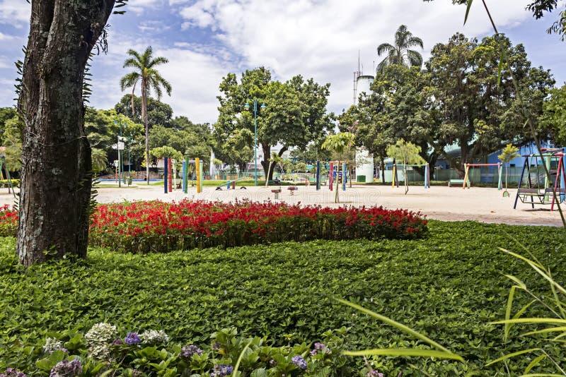 Giardino e campo da giuoco in parco Santos Dumont, Sao Jose Dos Campos, Sao Paulo, Brasile fotografia stock
