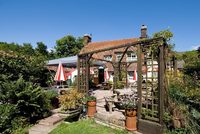 Giardino inglese tradizionale del pub fotografie stock