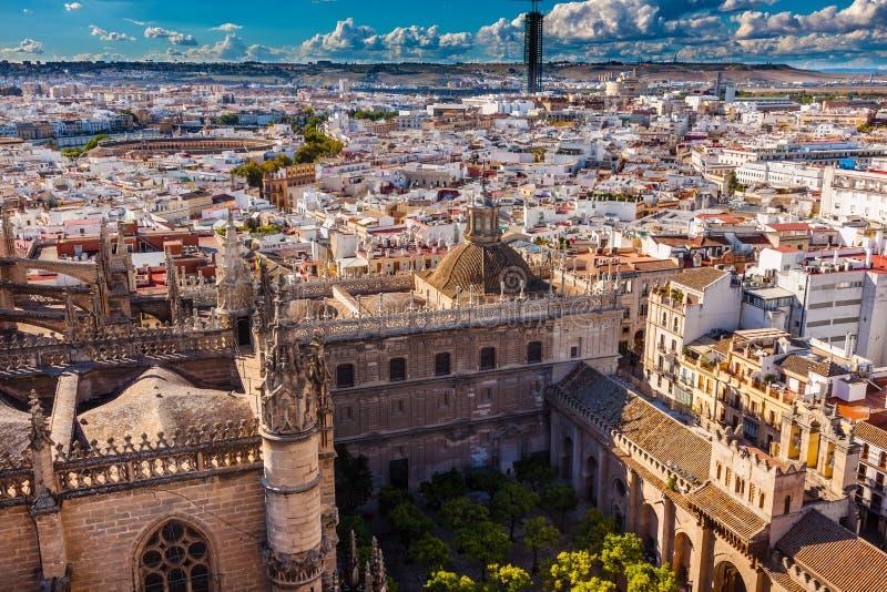 Giardino Spagna della cattedrale di Siviglia di vista della città fotografia stock libera da diritti