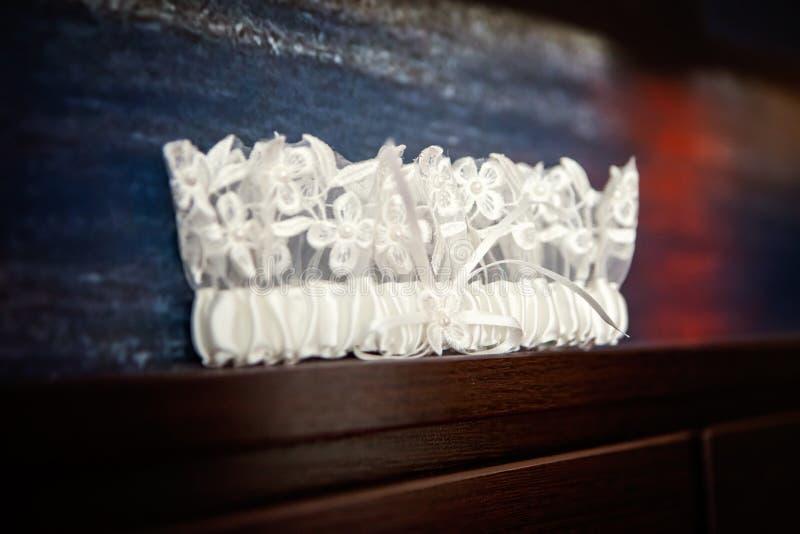 Giarrettiera bianca del ` s della sposa del pizzo di nozze fotografia stock libera da diritti