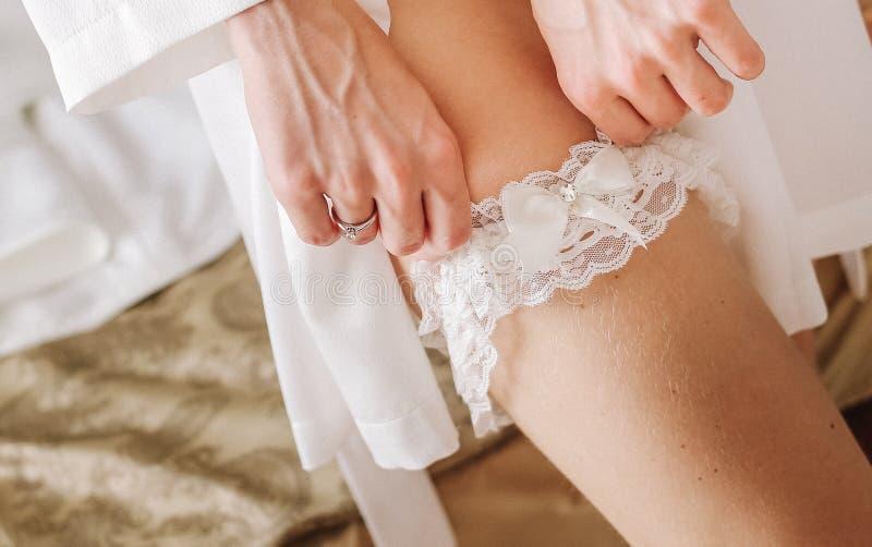 Giarrettiera d'uso di nozze della sposa fotografie stock libere da diritti