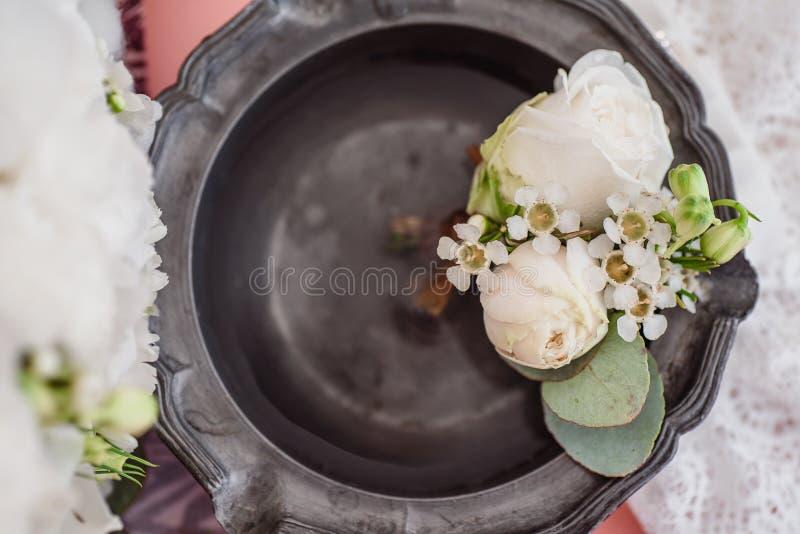 Giarrettiera del ` s della sposa e di Boutonniere sul fondo del mazzo del ` s della sposa fotografia stock