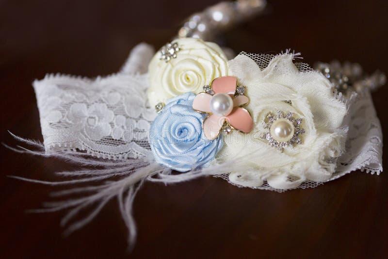 Giarrettiera di nozze per la sposa con pizzo e la piuma fotografie stock libere da diritti