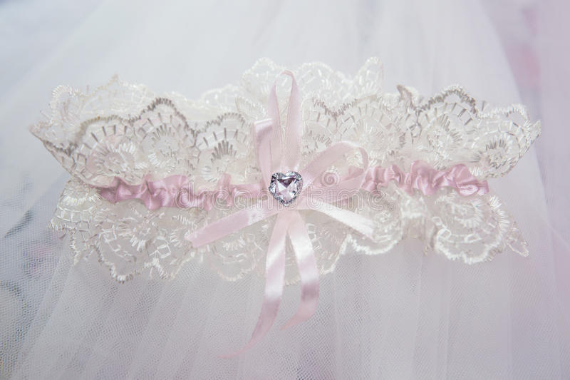 Giarrettiera nuziale bianca di belle nozze Giorno delle nozze immagine stock