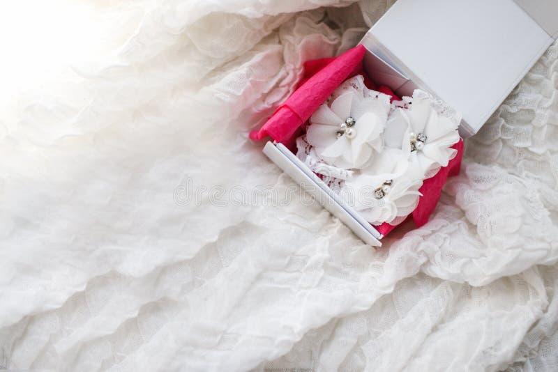 Giarrettiera nuziale bianca di belle nozze Momenti di giorno delle nozze immagini stock libere da diritti