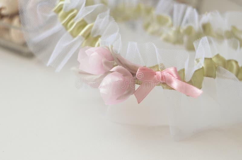 Giarrettiere con fiori di seta Giornata delle cerimonie di matrimonio e amore fotografie stock