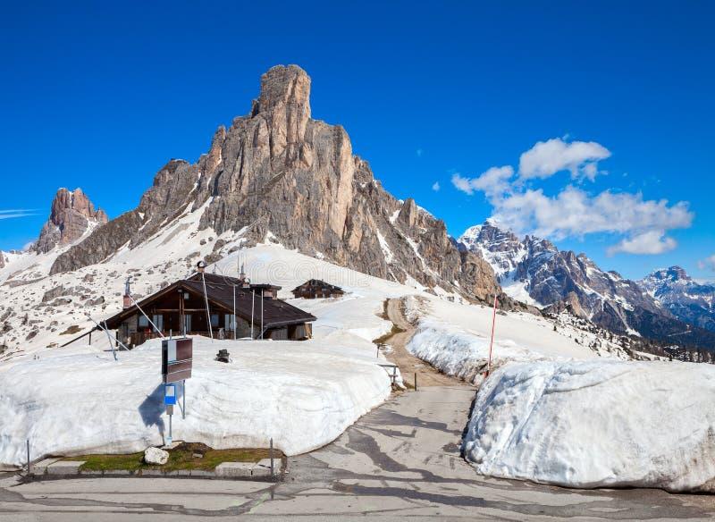 Giau通行证在春日末期,白云岩,意大利,前景的Gusela 免版税图库摄影