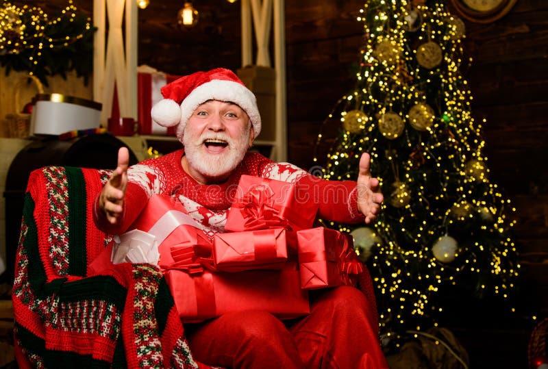 Gib es mir Frohe Weihnachten Ältere Opa zu Hause Geschenke liefern Winterurlaub Santa Claus entspannend stockbild