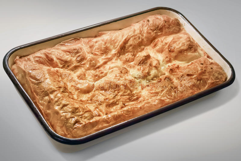 Gibanica amarrotou a torta do queijo na bandeja de cozimento fotos de stock