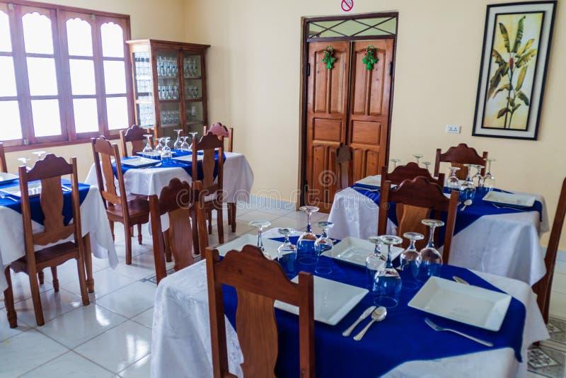 GIBARA, CUBA - 29 DE ENERO DE 2016: Interior de un restaurante en el villag de Gibara fotografía de archivo libre de regalías