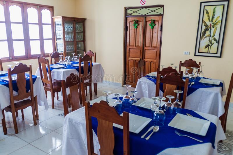 GIBARA, CUBA - 29 DE JANEIRO DE 2016: Interior de um restaurante no villag de Gibara fotografia de stock royalty free