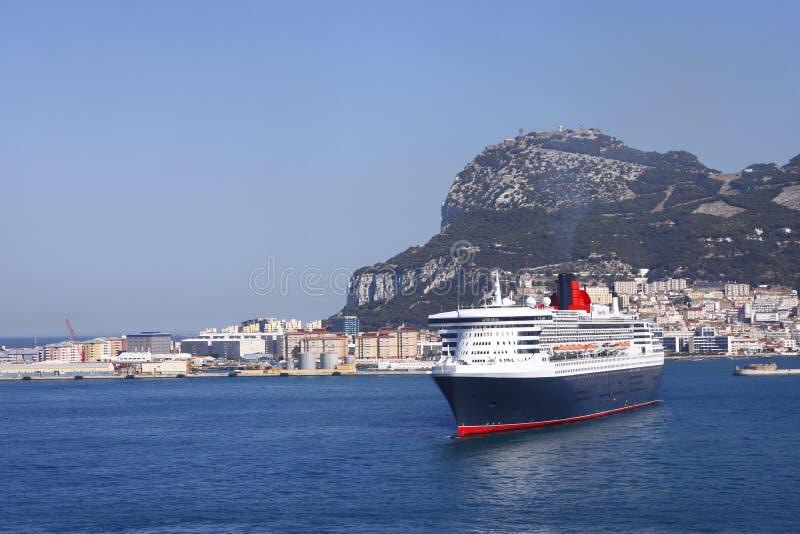 Gibraltar com navio de cruzeiros imagem de stock royalty free