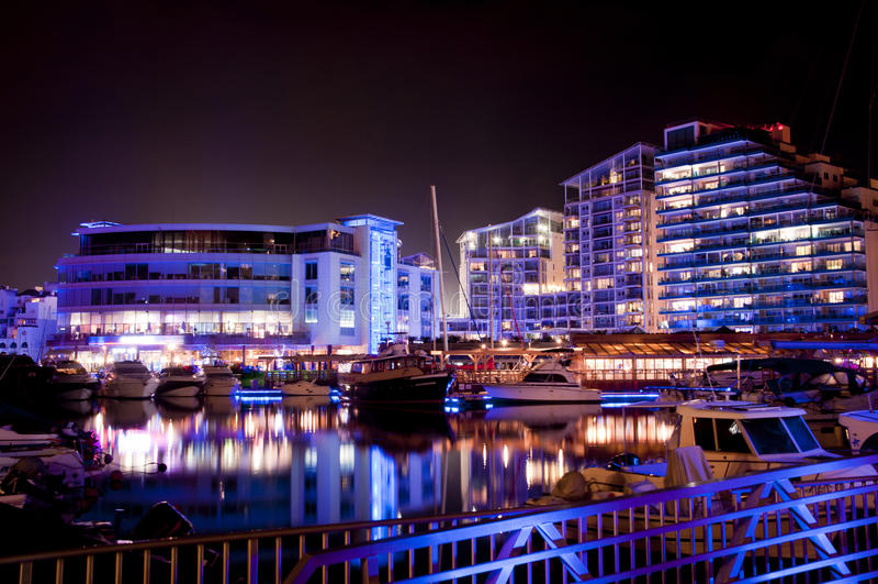 Gibraltar-Jachthafen nachts stockfotos