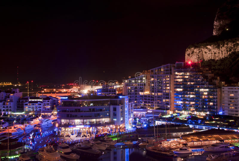 Gibraltar-Jachthafen nachts lizenzfreie stockbilder