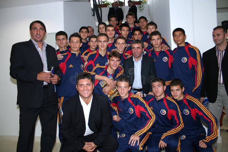 Gica Hagi e uma equipa de futebol júnior foto de stock