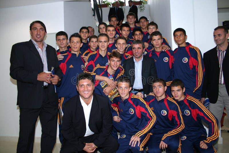 Gica Hagi und ein Juniorfußballteam stockfoto