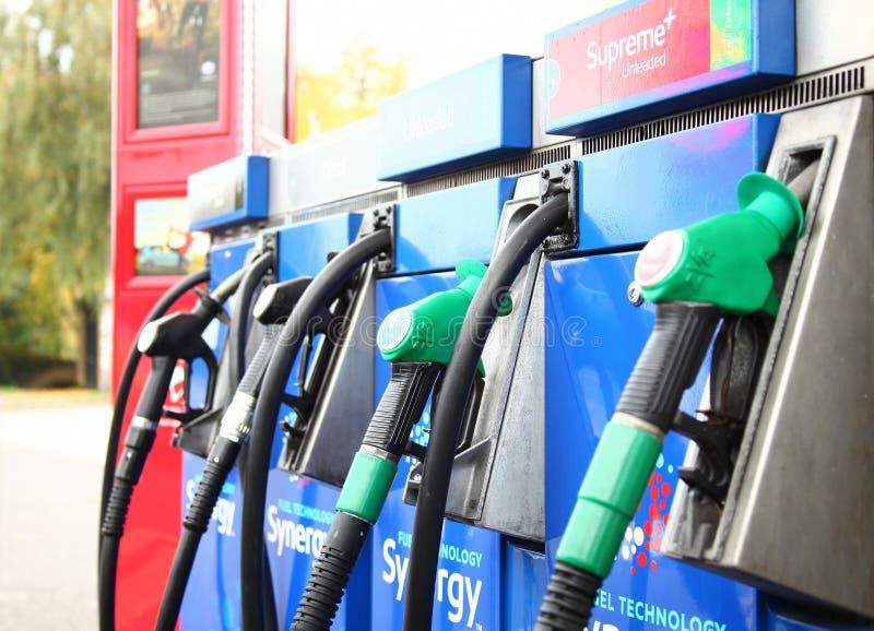 Gicleur d'essence à la scène de station d'essence images libres de droits