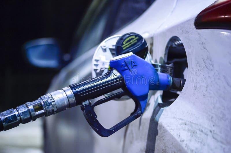 Gicleur d'essence inséré dans le réservoir de la voiture blanche à la station-service TNK sur la voie Borisoglebsk - Saratov, photos stock