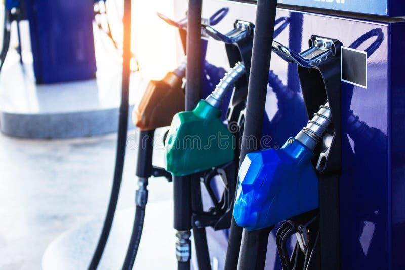 Gicleur d'essence sur la station service photo libre de droits