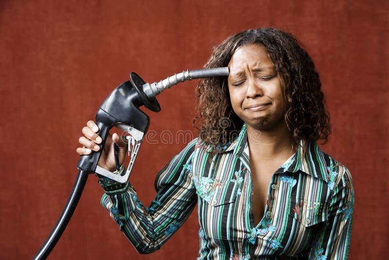Gicleur de gaz de fixation de femme à sa tête photos stock
