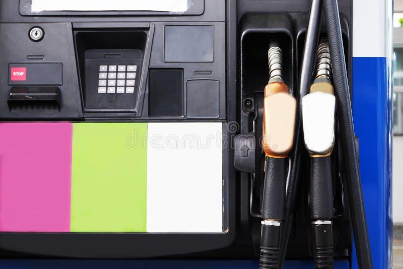 Gicleurs d'essence dans la station service images libres de droits
