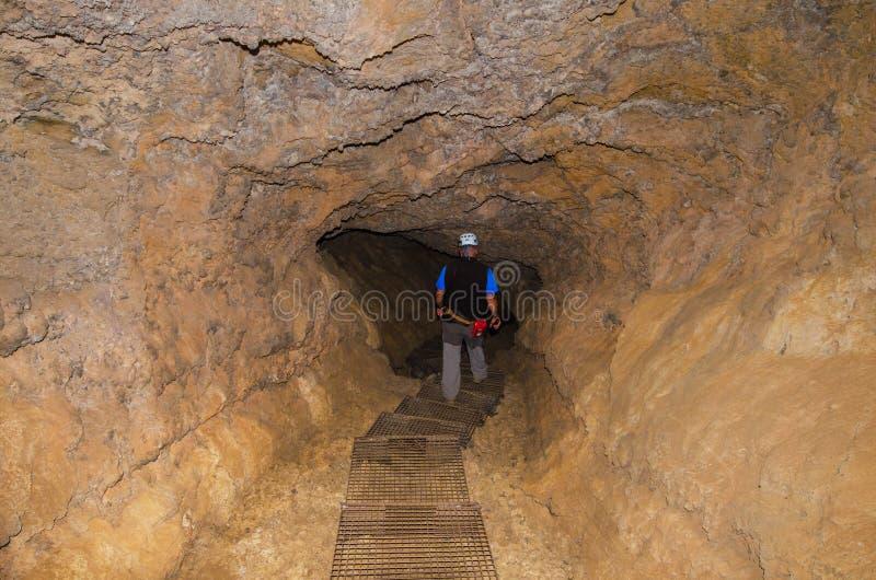 Gids die vulkanische buis in Tenerife, Spanje onderzoeken stock afbeelding