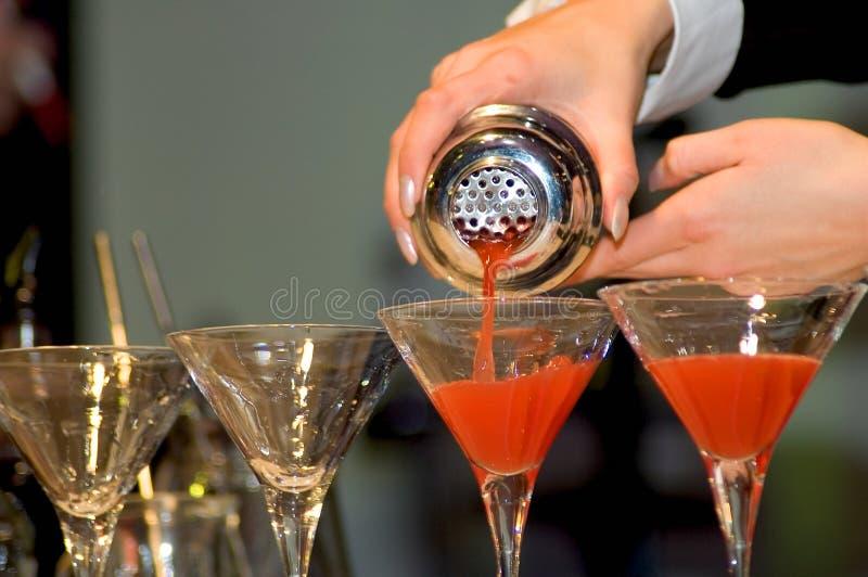 Gießen der Getränke stockbild