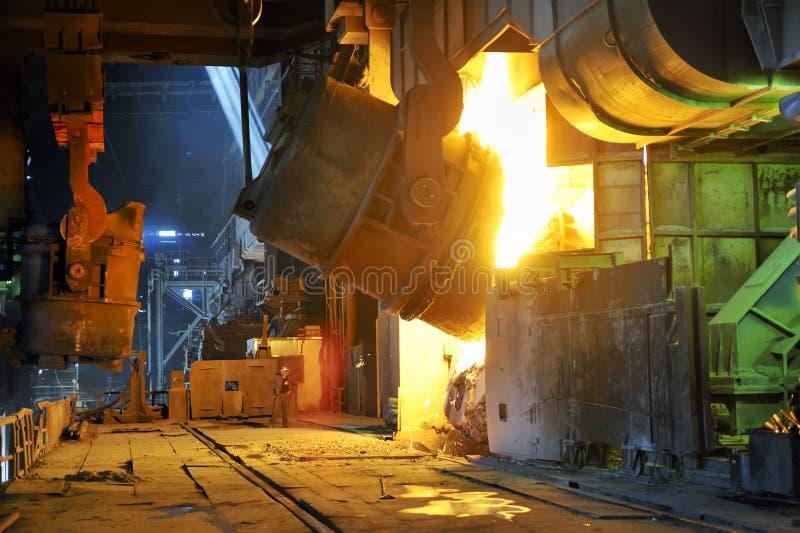 Gießen des flüssigen Metalls stockfotografie