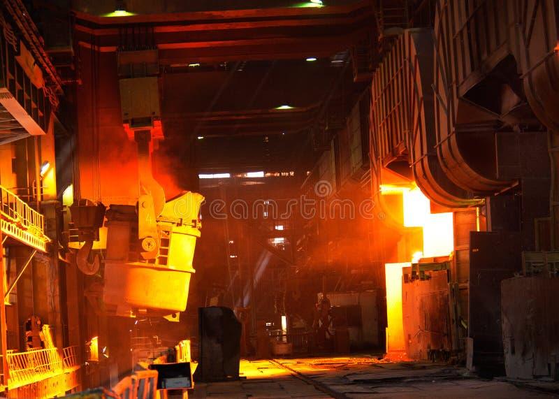 Gießen des flüssigen Metalls stockfotos