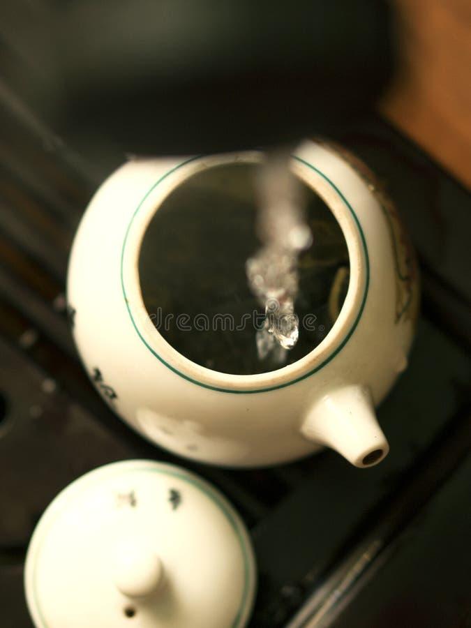 Gießen des vorzüglichen grünen Tees von der Teekanne an der traditioneller Chinese-Teezeremonie Satz Ausrüstung für trinkenden Te lizenzfreies stockfoto