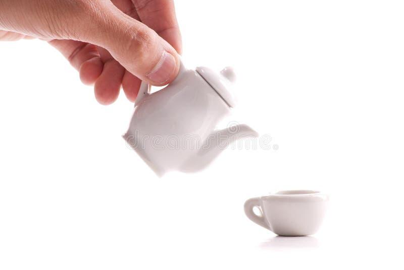 Gießen einer Tasse Tee lizenzfreie stockbilder