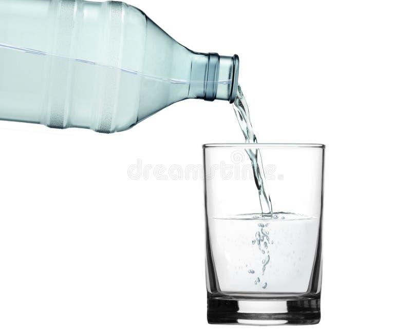 Gießen Sie Wasser in Glas