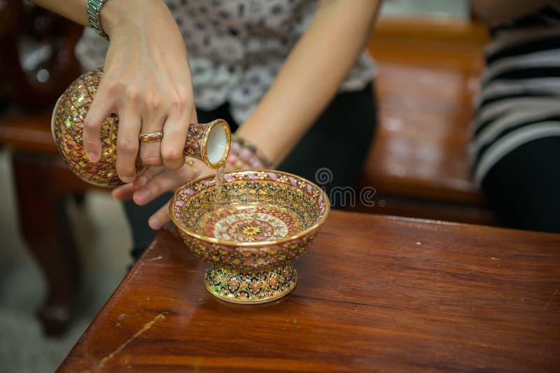 Gießen Sie zeremonielles Wasser mit Porzellan stockfoto