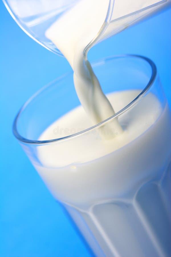 Gießen von Milch stockfotos