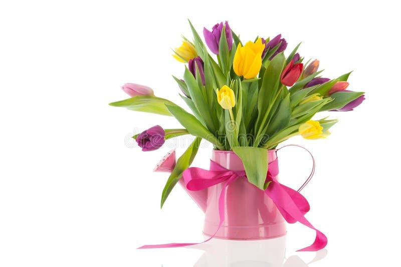 Gießkanne mit Blumenstraußtulpen für Geburtstag lizenzfreies stockfoto