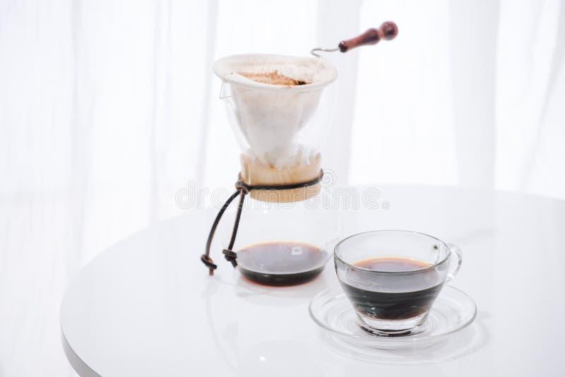 Gie?en Sie ?ber Tropfenf?ngerprozesskaffee im Retro- Filtereffekt mit Kopienraum f?r Text lizenzfreies stockbild
