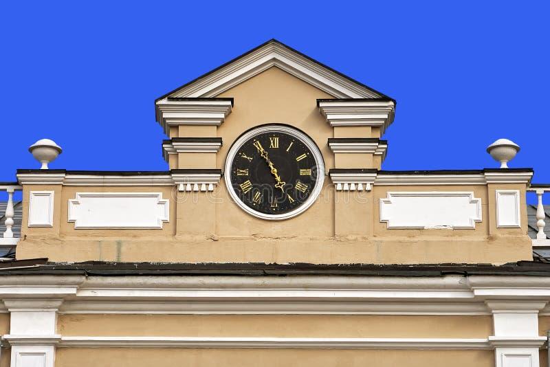 Giebel mit einer Uhr eines alten Moskau-Gebäudes lokalisiert auf einem blauen Hintergrund stockbild