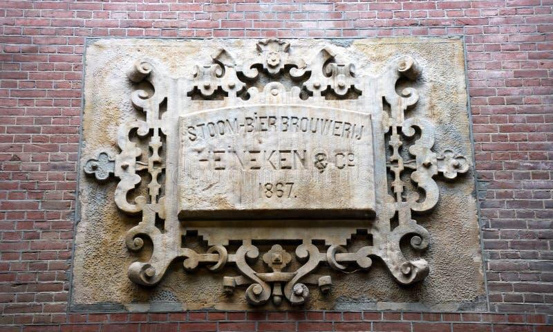 Giebel-Stein auf Heineken-Bier-Fabrikmuseum, Amsterdam, die Niederlande, am 13. Oktober 2017 lizenzfreies stockbild