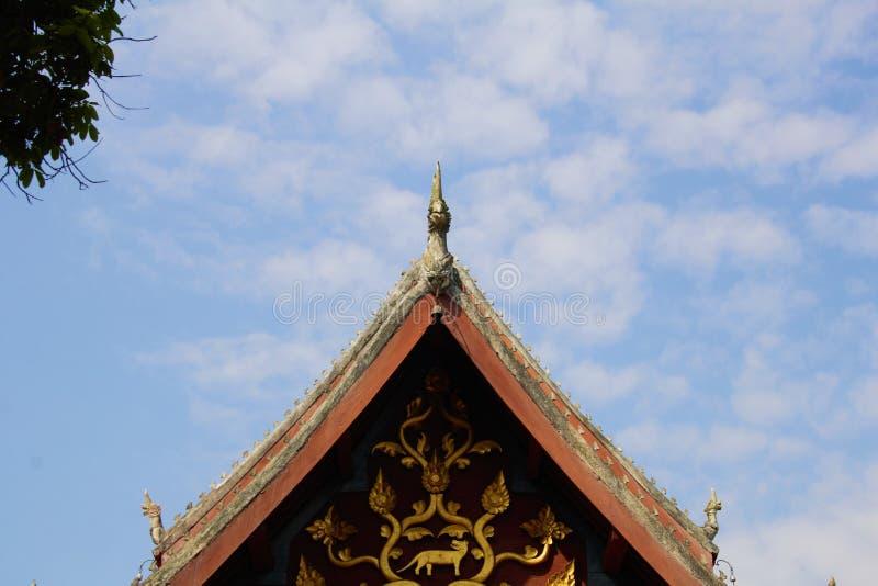 Giebeldach des Tempels stockbilder