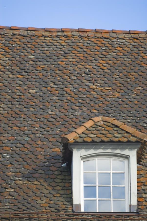 Giebeliges Fenster auf mit Ziegeln gedecktem Dach lizenzfreies stockbild