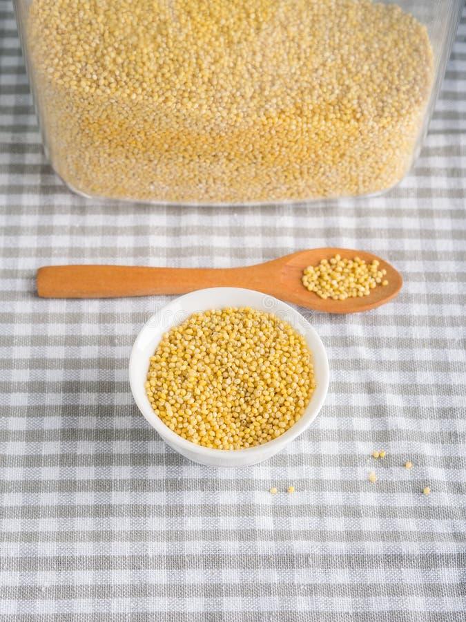 Gierst van de gluten de vrije korrel in kom op keukenlijst royalty-vrije stock afbeelding