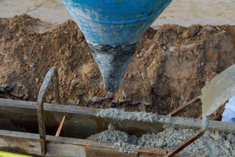 Giet beton van concrete vrachtwagen, Bouwvakkers die concrete, selectieve nadruk gieten royalty-vrije stock afbeelding