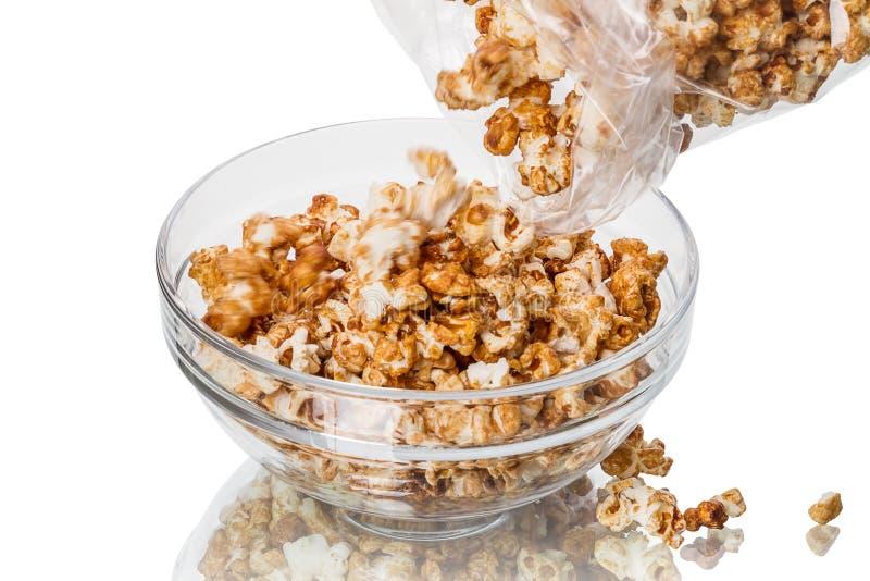 Giet de popcorn in een kom royalty-vrije stock afbeelding