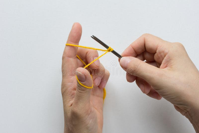 Gieten op Knitting Draai de naalden vast op witte achtergrond Bovenaanzicht royalty-vrije stock foto's