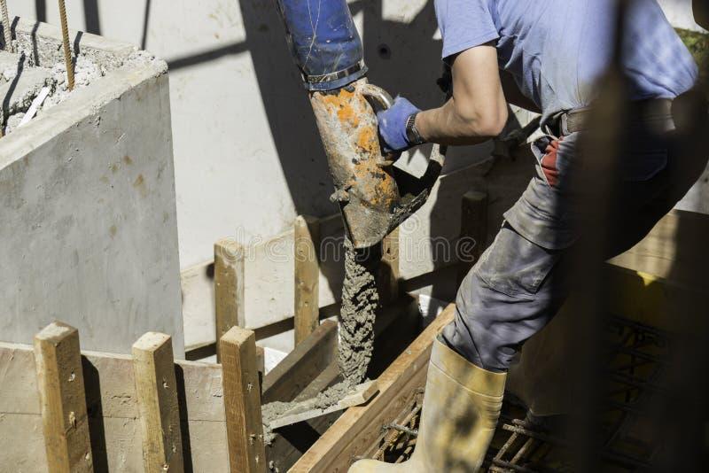 Gietend beton op bouwwerf royalty-vrije stock foto's