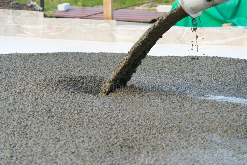 Gietend beton van een concrete mixer Het werk van mensen die beton gieten stock foto's