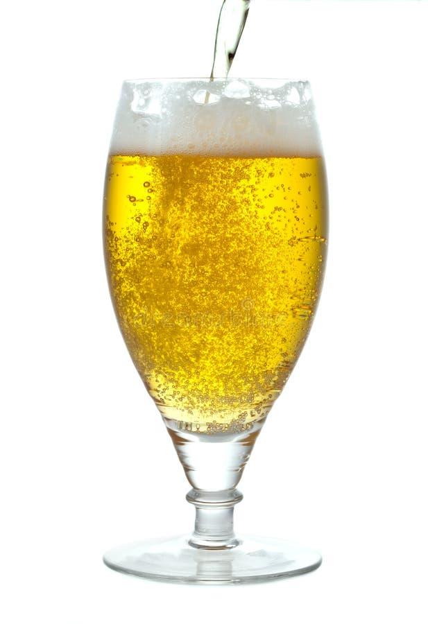 Gietend bier royalty-vrije stock afbeeldingen