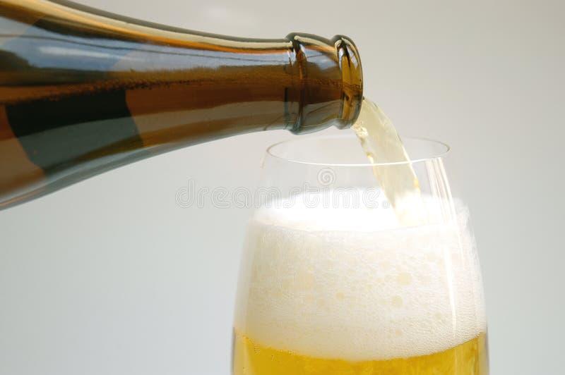 Download Gietend bier stock afbeelding. Afbeelding bestaande uit drank - 286471