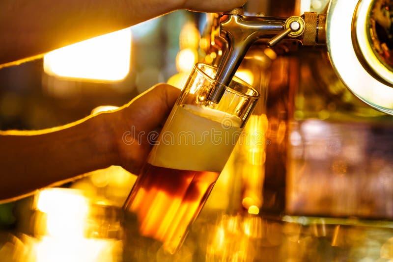 Gietend bier stock fotografie